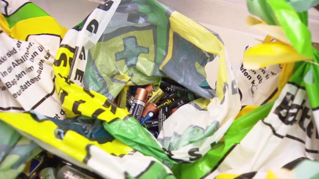 Video «Blödsinnige Verschwendung: Halbvolle Batterien im Recycling» abspielen