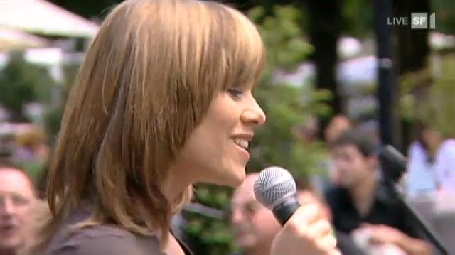 Francine Jordi singt auf der Strasse