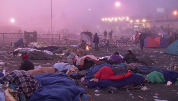 Video «Tagesanbruch für Flüchtlinge im österreichischen Spielfeld» abspielen