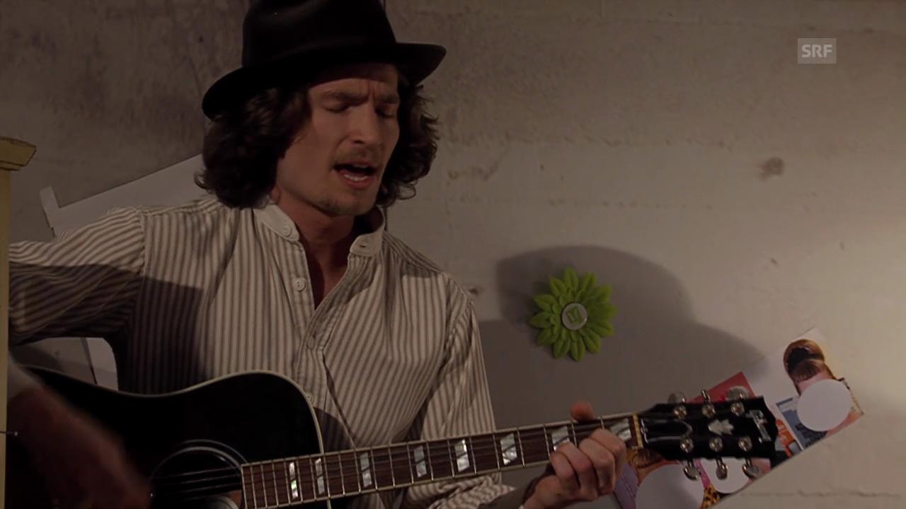 Iouri Podladtchikov singt und spielt Gitarre
