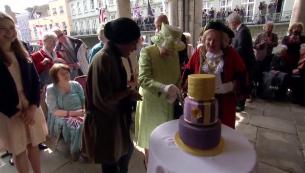 Video «Einen Geburtstagskuchen für die Queen (unkommentiert)» abspielen