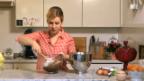 Video «Backtipp: Eiweiss richtig in den Teig geben» abspielen