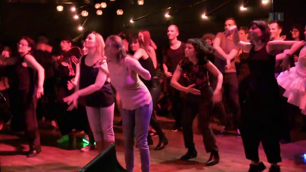 Tanzkaraoke – in der Disco den Idolen ab Leinwand nacheifern