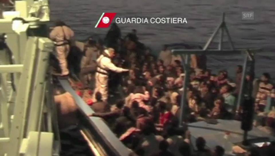 Italiens Marine greift Flüchtlinge auf (ohne Ton)