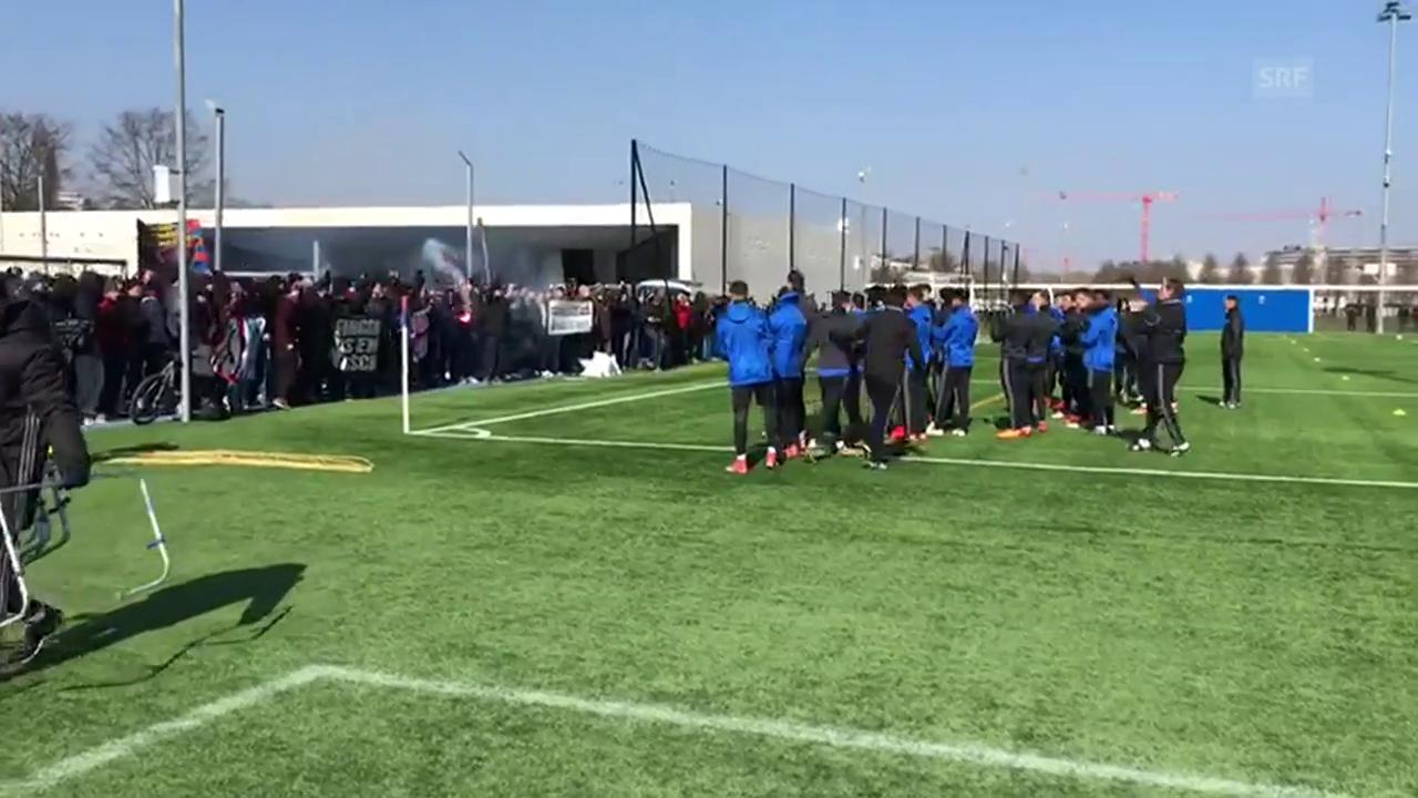 Fans tauchen im FCB-Training auf