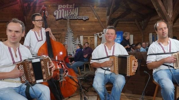Schwyzerörgeli-Quartett pozbliz mit «A dr Schützechilbi»