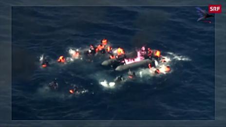 Link öffnet eine Lightbox. Video Flüchtlingsboot geht in Flammen auf abspielen
