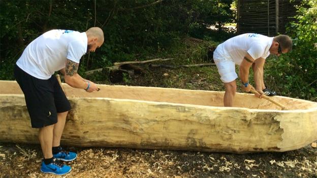 Leonard ist mit dem Bau vom Einbaum fast fertig