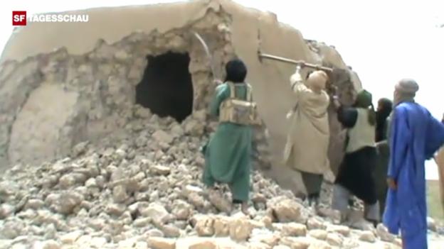 Video «Bereits im Juli 2012 zerstören Mitglieder von Ansar Dine in Timbuktu ein Mausoleum» abspielen