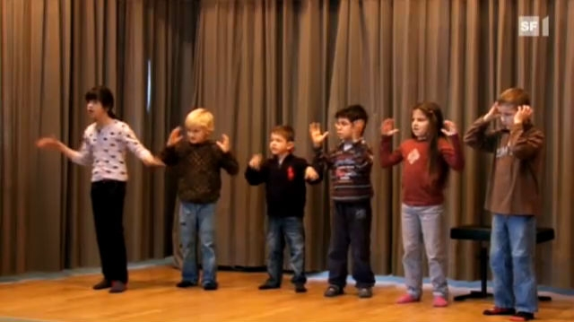 Gebärdenchor - hörbehinderte Kinder üben Adventslieder