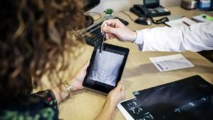 Video «Elektronisches Patientendossier – Noch einige Klicks entfernt» abspielen
