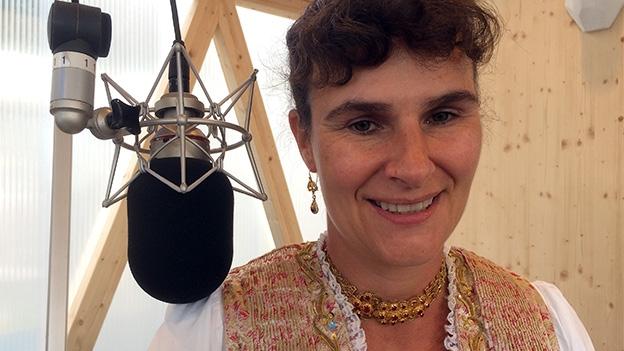 Andrea Knechtle stellt ihre prachtvolle Tracht vor