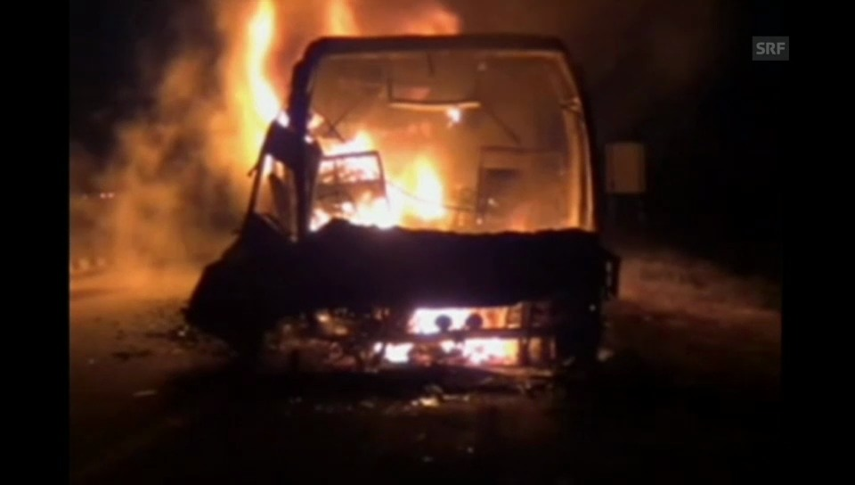 Brennender Reisebus in Indien (unkomm.)