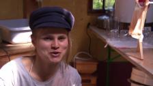 Video «Anja Rueegsegger performt mit ihrer Künstlergruppe Pre-Servers am Belluard Festival 2014» abspielen
