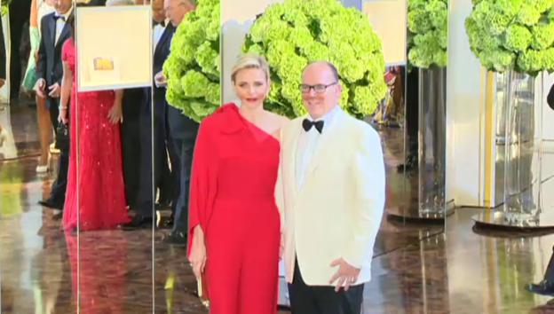 Video «Fürst Albert und Charlène an der Rot-Kreuz-Gala 2015 (unkomm.)» abspielen