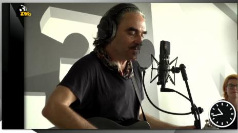 Video «Stephan Eicher spielt extra für Mona» abspielen