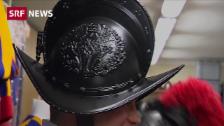 Link öffnet eine Lightbox. Video Gardisten tragen Helme aus dem Drucker abspielen