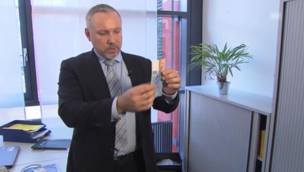 Video «Der Falschgeld-Spezialist erklärt, wie man eine Blüte erkennt» abspielen