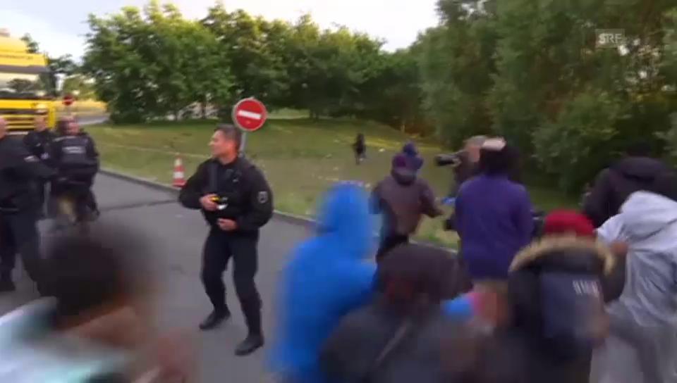 Flüchtlinge und Polizei liefern sich Katz und Maus spiel