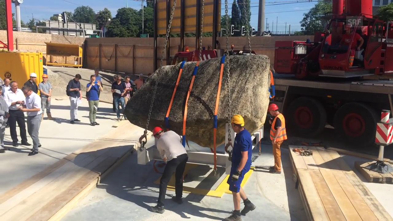 Der Findlingsstein als Kunst am Bau wird gesetzt