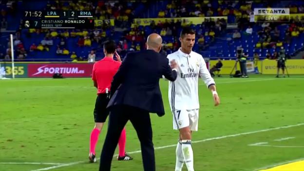 Video «Rückblende: Zidane holt Ronaldo vom Feld» abspielen