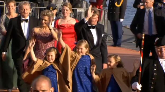 Video «Hier kommt die Königsfamilie im Amsterdamer Hafen an (unkomm.)» abspielen