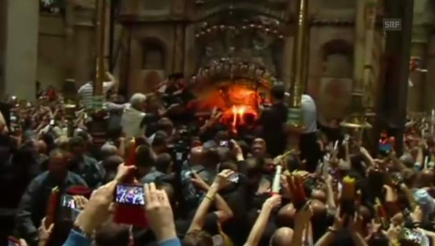 Video «Orthodoxe Christen entzünden Kerzen am «heiligen Feuer»» abspielen