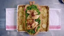 Link öffnet eine Lightbox. Video Jamies 15-Minuten-Menüs – Blätterteigröllchen, Hühnchen und Kartoffelgratin abspielen.