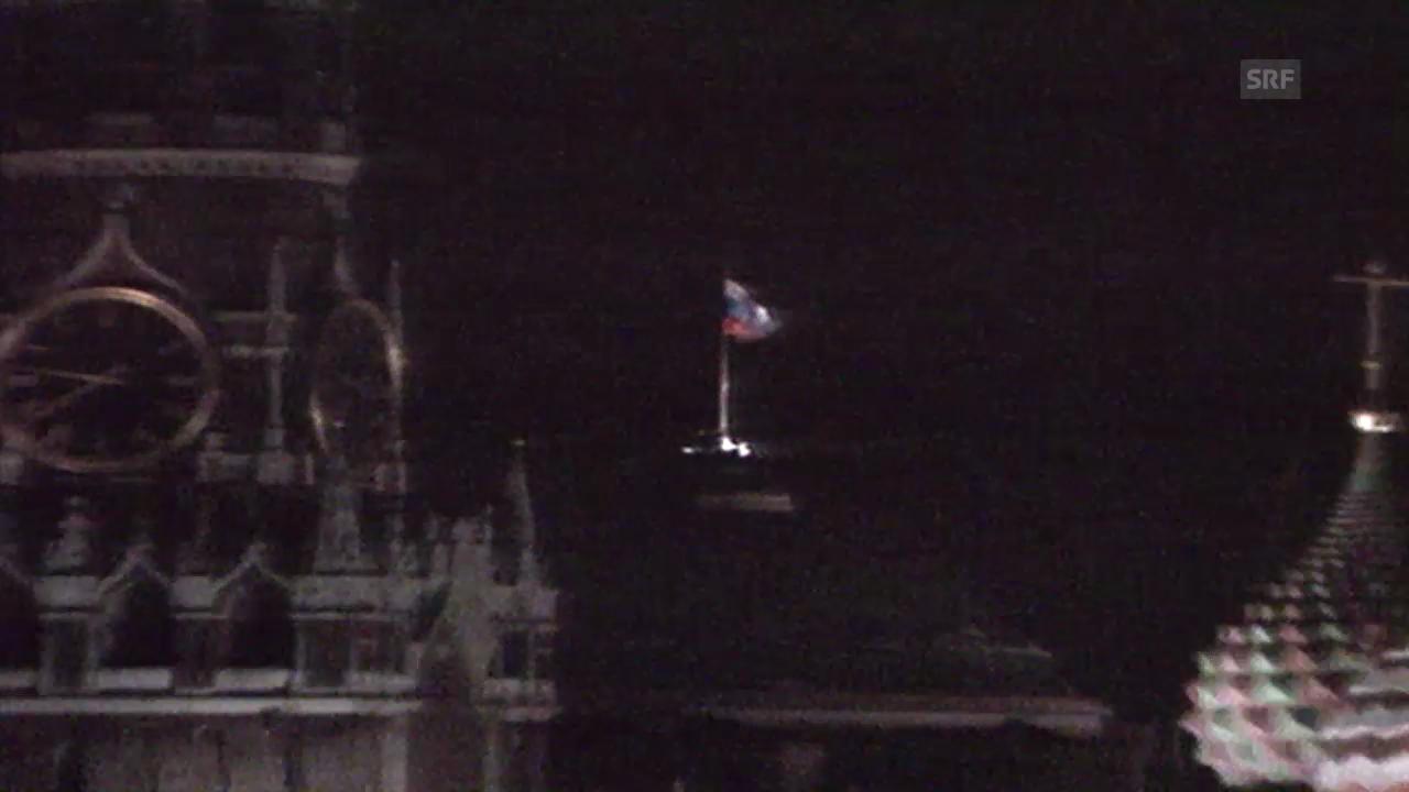 Die russische Flagge wird am Kreml gehisst
