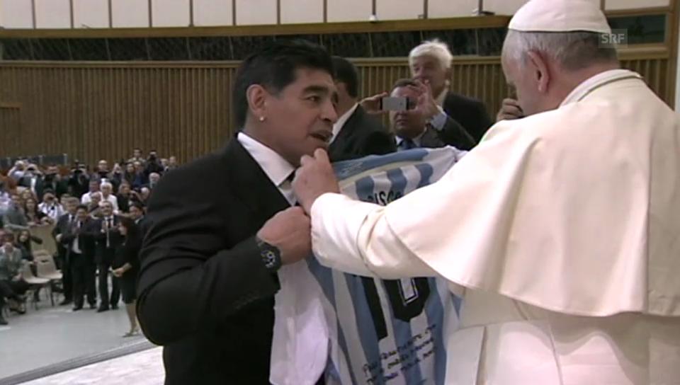 Papst küsst Fussballer