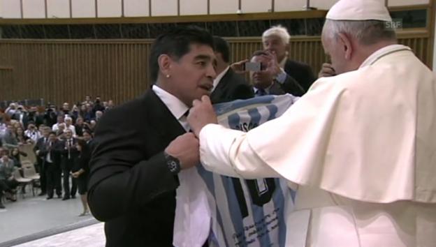 Video «Papst küsst Fussballer» abspielen