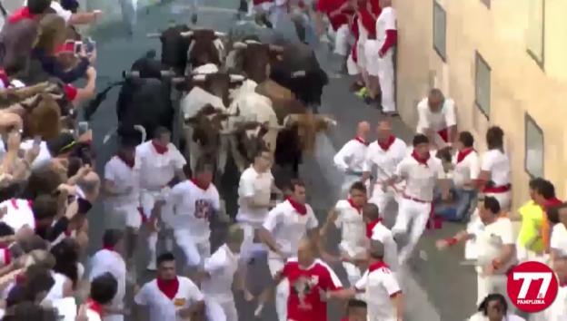 Video «Stierhatz in Pamplona» abspielen
