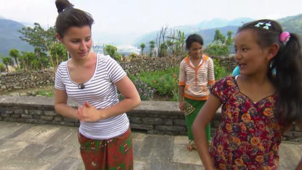 Video «Die «Jobtausch»-Hotellangestellten beim Traditionstanz» abspielen