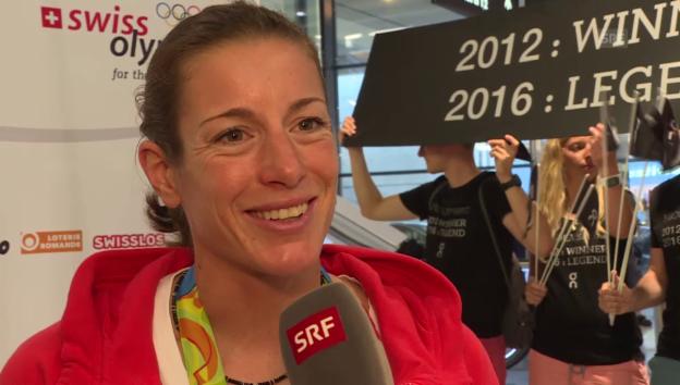 Video «Nicola Spirig nach ihrer Ankunft in Zürich» abspielen