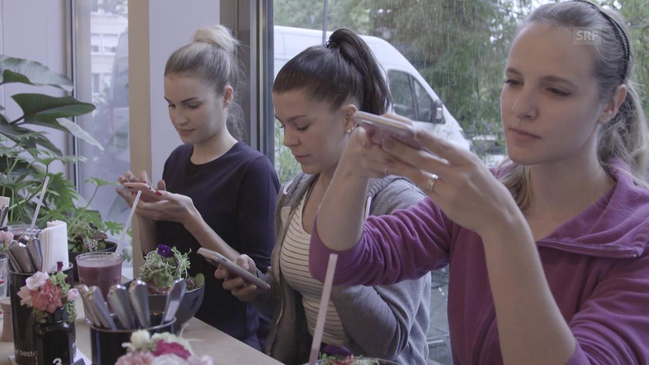 Das Handy isst mit