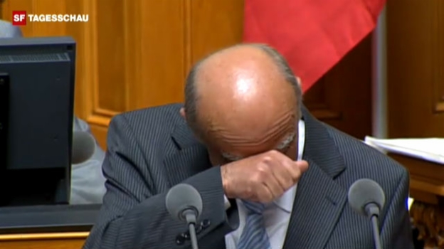 Video «Losprusten - kurz fassen und dann wieder losprusten - Bundesrat Merz lacht Tränen.» abspielen