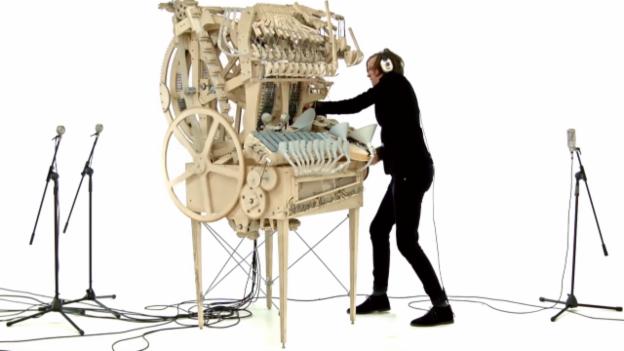 Video «So tönt die Murmel-Musik-Maschine» abspielen