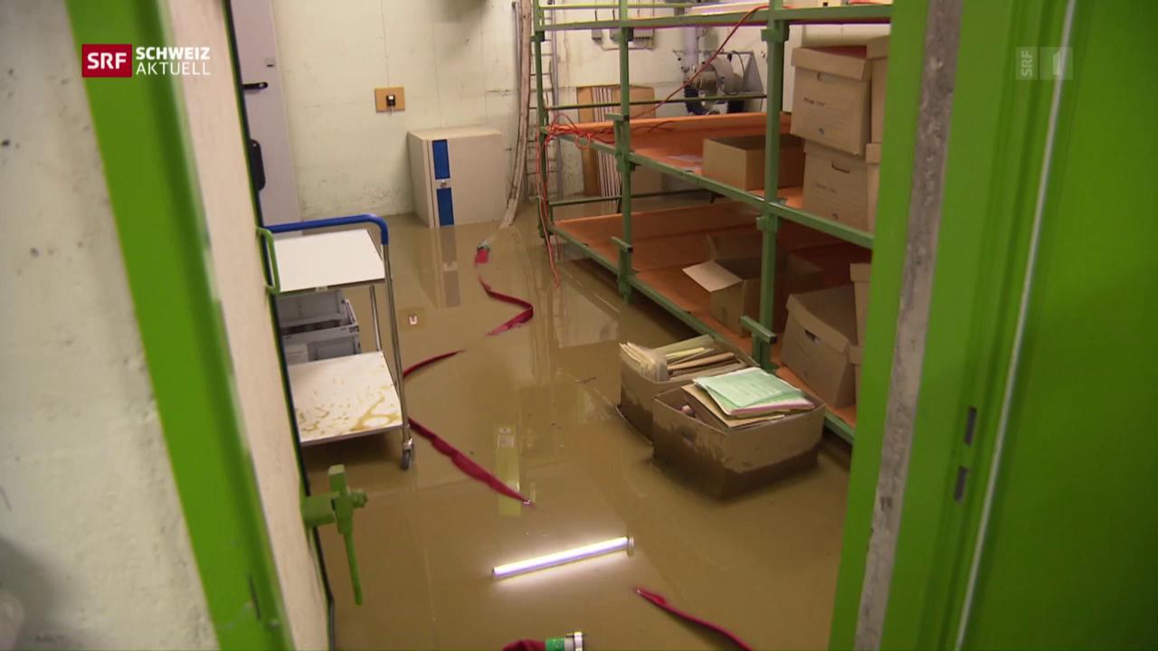Überschwemmungen und Feuer wegen Gewitter
