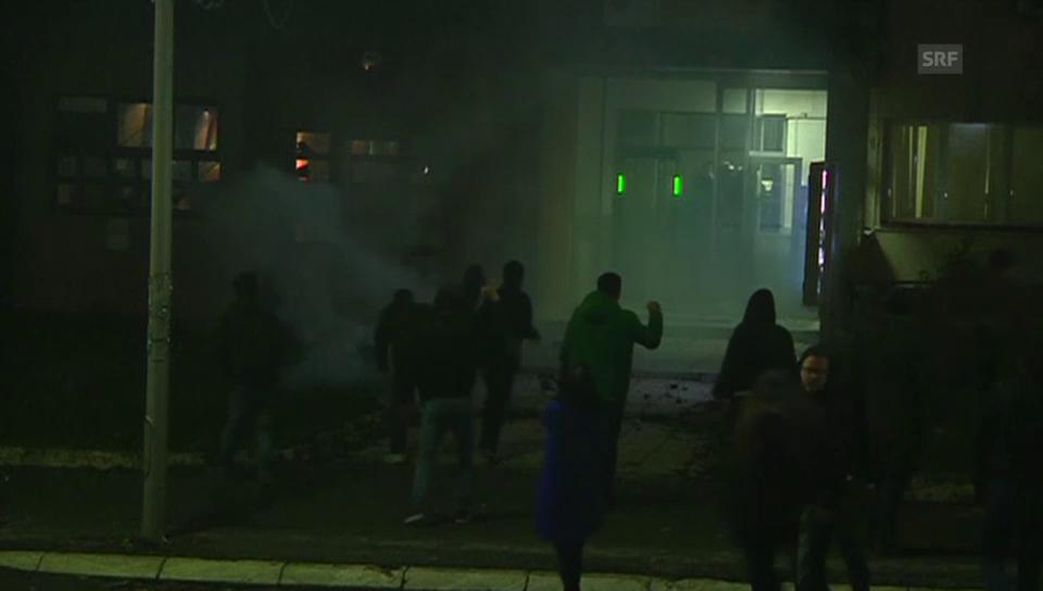 Oppositionsanhänger greifen in Kosovo Polizeiwache an