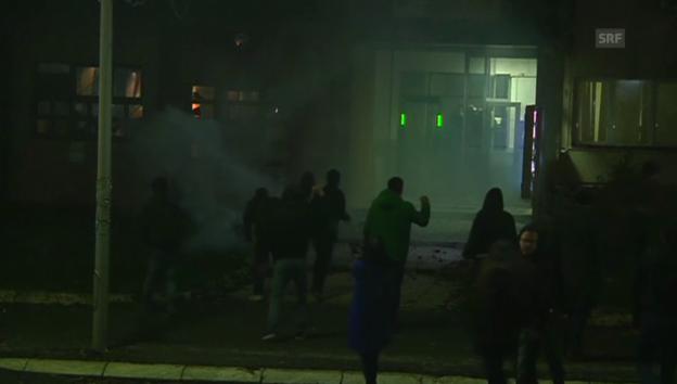 Video «Oppositionsanhänger greifen in Kosovo Polizeiwache an» abspielen