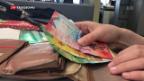 Video «Schweizer zahlen mehrheitlich cash» abspielen