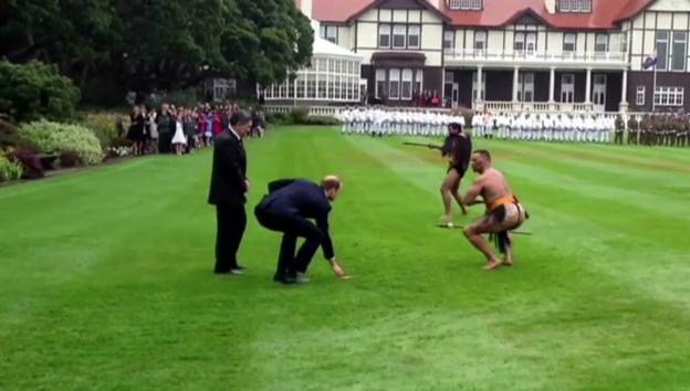 Video «Maorische Begrüssungszeremonie für die Royals (unkommentiert)» abspielen