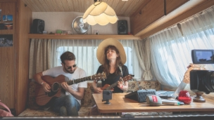 Laschar ir video «Lola Marsh - unplugged en la Rulotta»