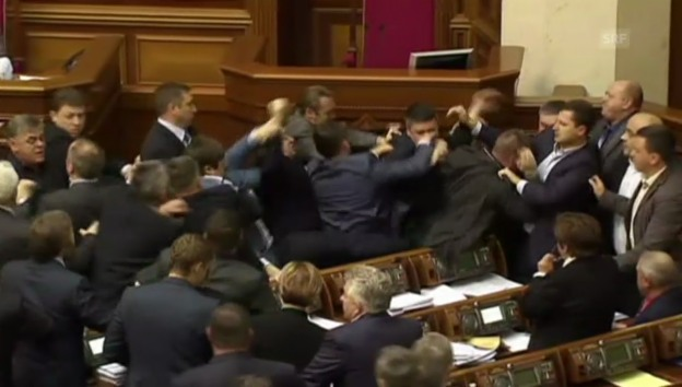 Video «Gerangel im Parlament in Kiew (unkommentiert)» abspielen