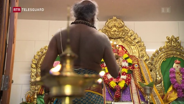 Laschar ir video «Ina famiglia hinduistica dat invista en lur temp d'advent»