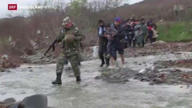 Video «Mazedonien schickt Flüchtlinge zurück nach Idomeni» abspielen