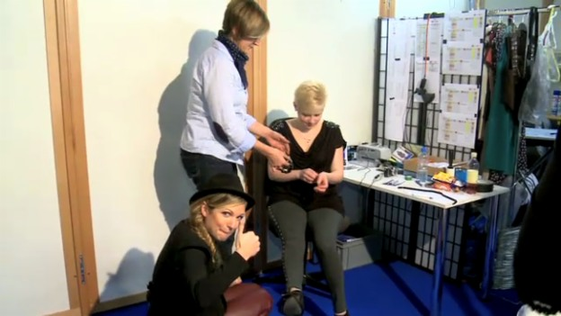Video «Kostümanprobe von Iris und Simona» abspielen