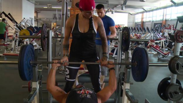 Video «Jenny und Miguel trainieren im Fitnesscenter.» abspielen