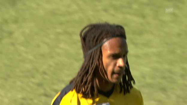 Video «Mitten im Spiel: Mbabu kümmert sich um seine Frisur» abspielen