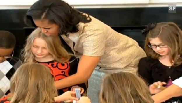 Video «Michelle Obama bastelt Weihnachtsschmuck (unkomm. Video)» abspielen